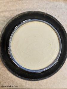 Sernik jogurtowy z kajmakiem i migdałami