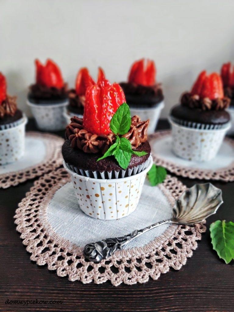 Czekoladowe muffinki truskawkowe tulipany