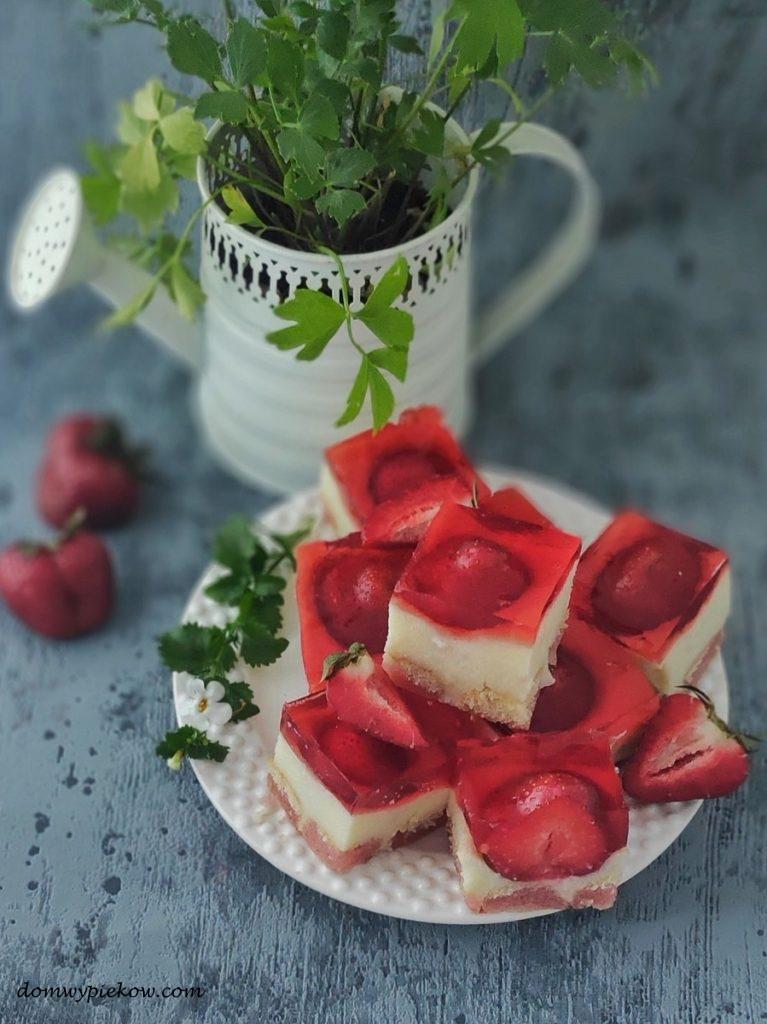 Ciasto grysikowe z truskawkami i galaretką