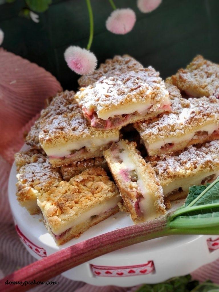 Sezonowe ciasto z budyniem i rabarbarem świetnie smakuje w sezonie. Rabarbar ma bardzo wyrazisty smak pasujący niemal do każdego rodzaju wypieków.