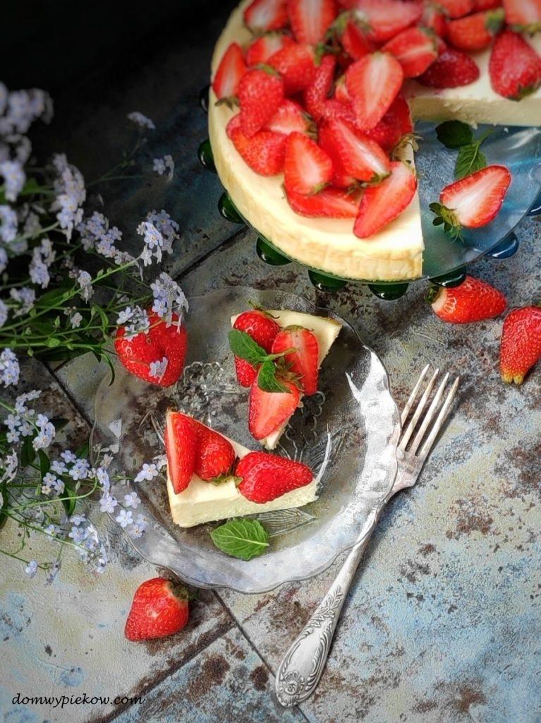 Śmietankowy sernik z truskawkami