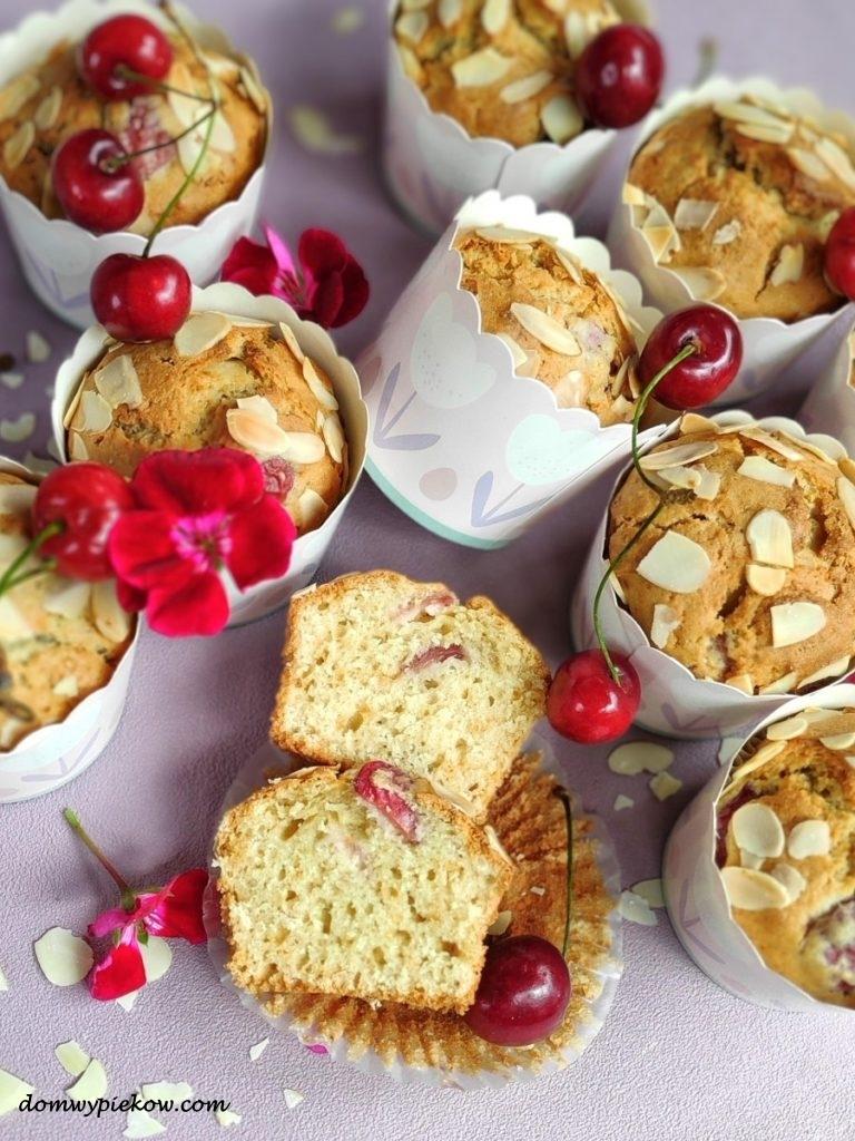 Jogurtowe muffiny z czereśniami i marcepanem
