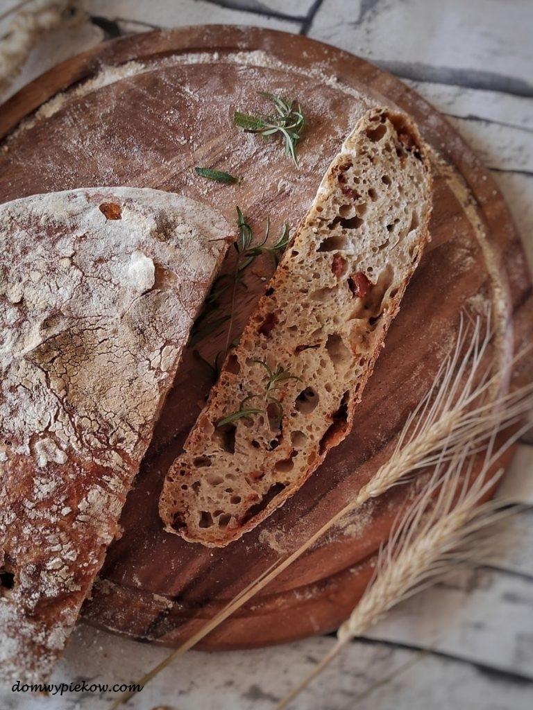 Chleb z suszonymi pomidorami i tymiankiem